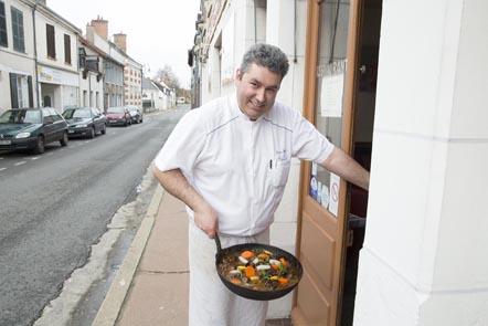Didier Doreau devant chez lui © Maurice Rougemont