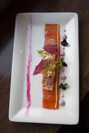 Saumon mariné à la meringue de betteraves © Maurice Rougemont