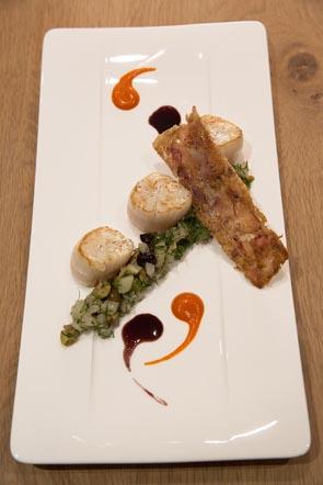 Saint-Jacques avec eur croustillant de pied de porc, fondue de fenouil aux olives et aneth ©Maurice Rougemont