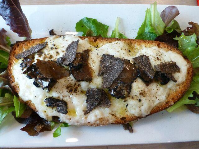Bruschetta à la burratta et truffe ©DC