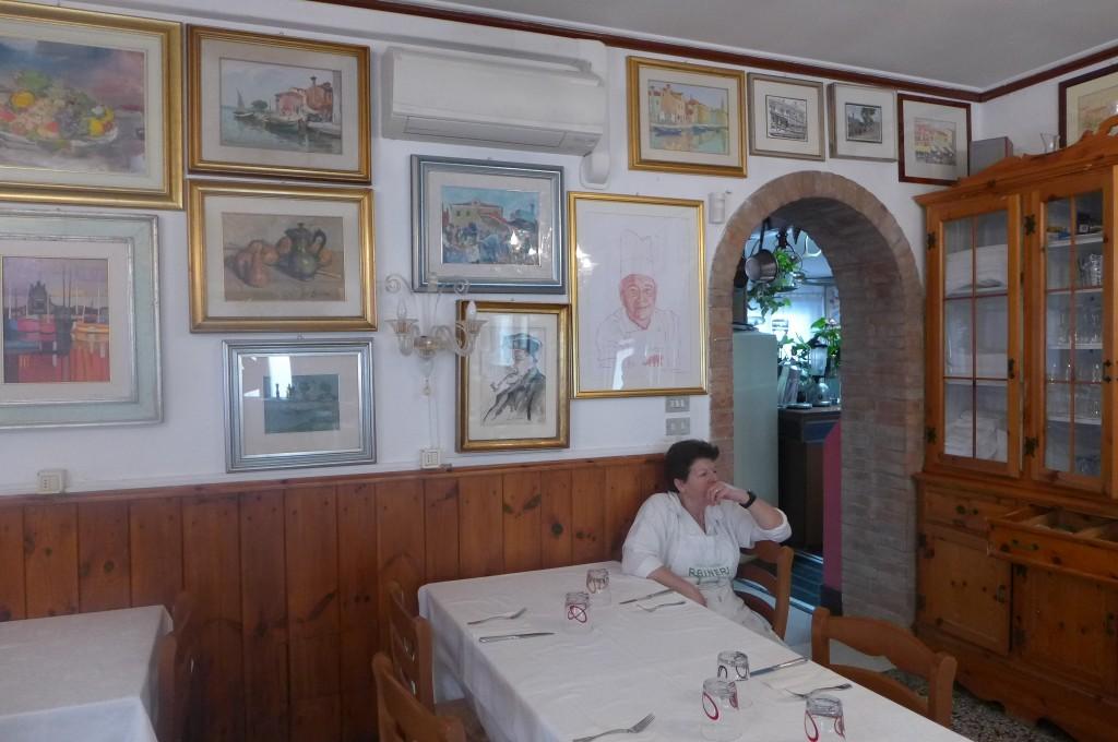 La salle avec la cuisinière et le portrait de Ruggero © GP