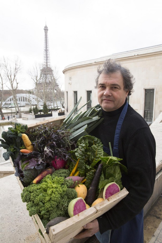 Europe/France/Paris. Joël Thiébault, maraîcher, sur le marché de l'Alma.