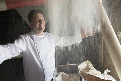 Sylvain en cuisine © Maurice Rougemont