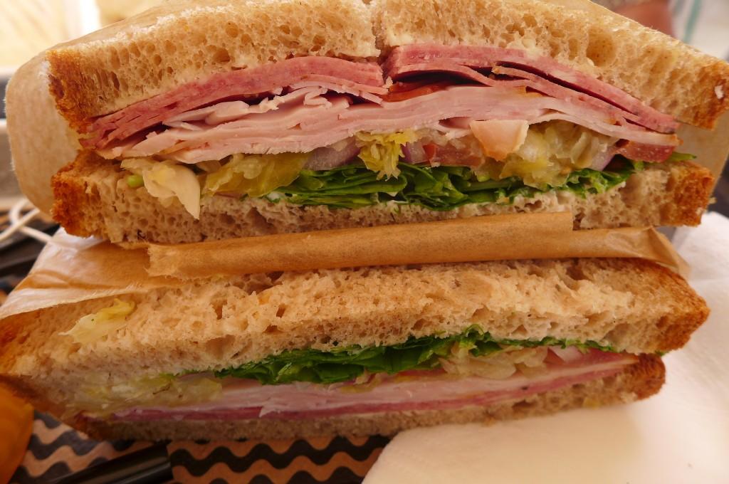 Sandwich à la volaille et pastrami© GP