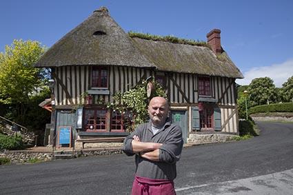 Hervé Amiard devant son auberge ©Maurice Rougemont