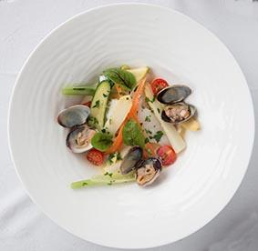 Saint-pierre au plat avec huile d'olive citronnée et palourdes ©Maurice Rougemont