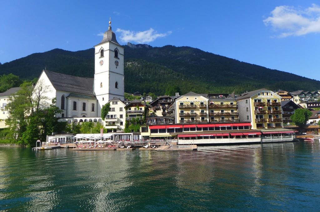 L'hôtel, le lac et le village © GP