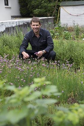 Bruno au jardin © Maurice Rougemont
