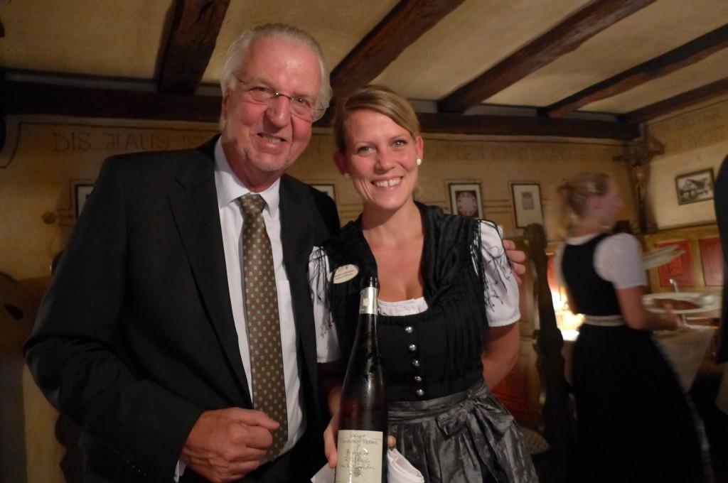 Heiner Finkbeiner et la serveuse © GP