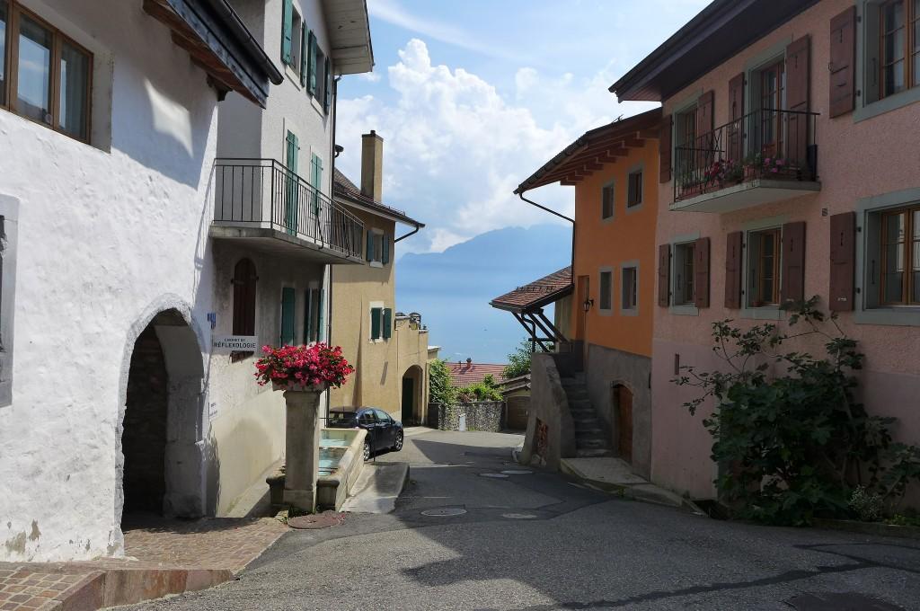 Une rue du village et le Léman  © GP