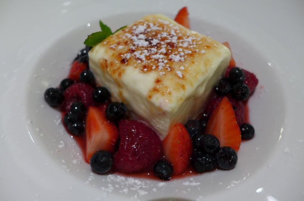 Mousse fromage blanc caramélisée aux fruits rouges ©GP