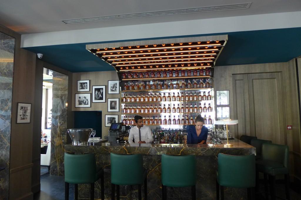 Le bar avec son plafond à bouteilles © GP