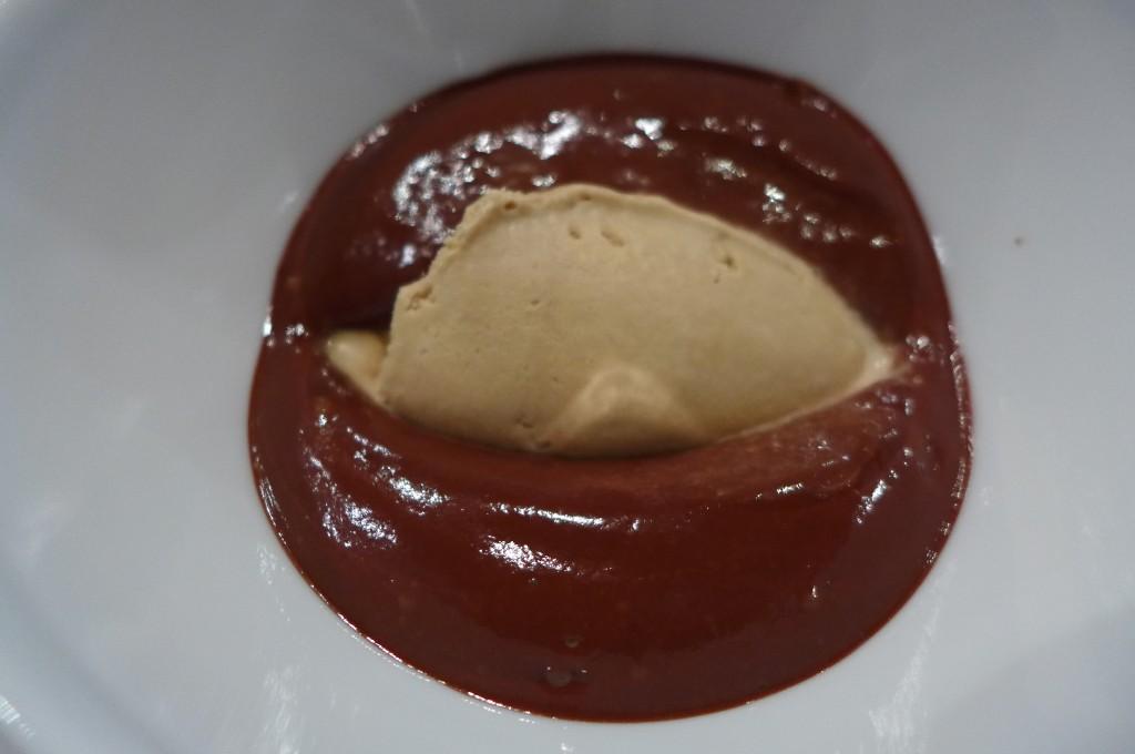 Soupe de chocolat et glace réglisse © GP