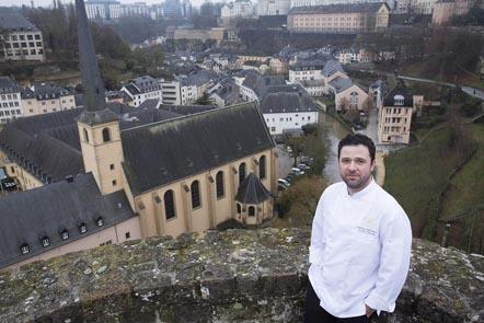 Fabrice Salvador sur les remparts de Luxembourg ©Maurice Rougemont