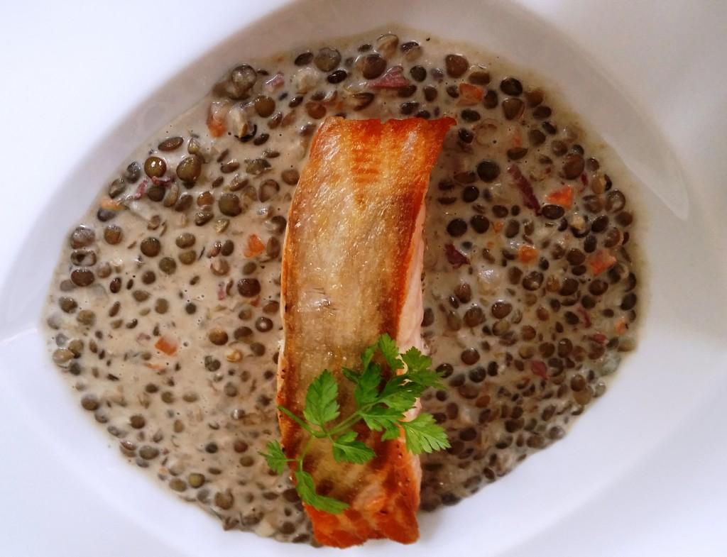 Pavé de saumon à la crème de lentilles © SK