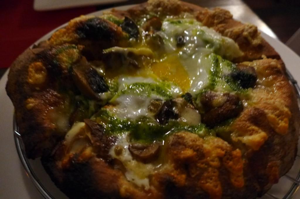 Pizza champignons, ricotta, fontina, oeuf © GP