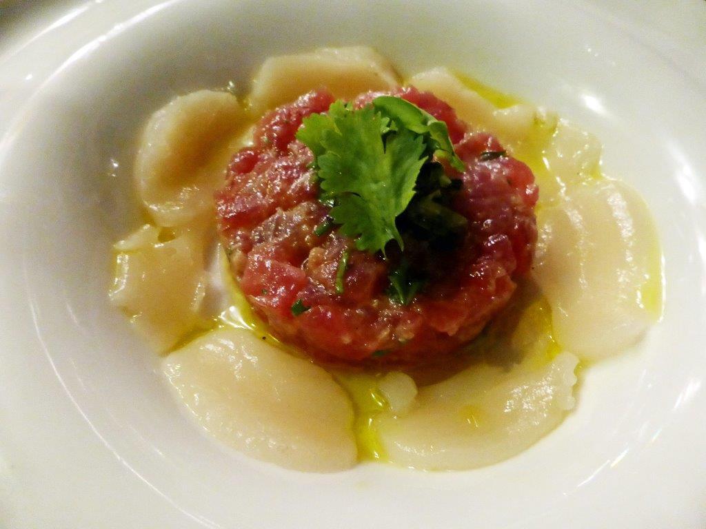 Tartare de thon rouge, corolle de st jacques © AA