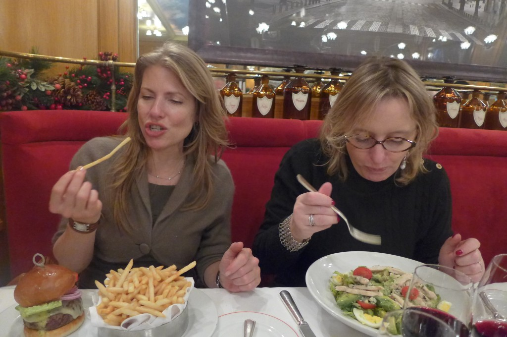Deux amies entre burger et salade de poulet © GP