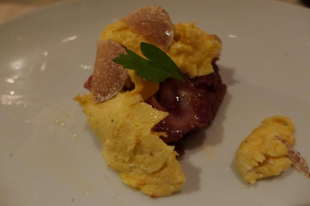 Oeufs brouillés et truffe et galette de pomme de terre au lard © GP