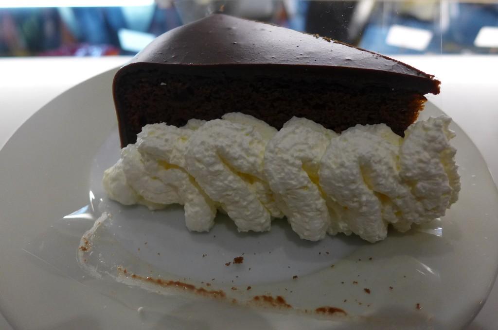 Gâteau au chocolat et crème fouettée © GP