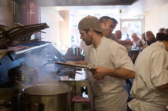 En pleine action en cuisine ©Maurice Rougemont