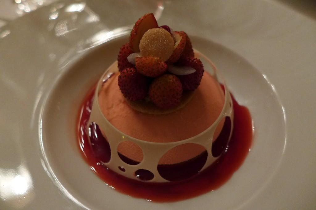 Mousse légère au champagne litchis fraises des bois ©GP