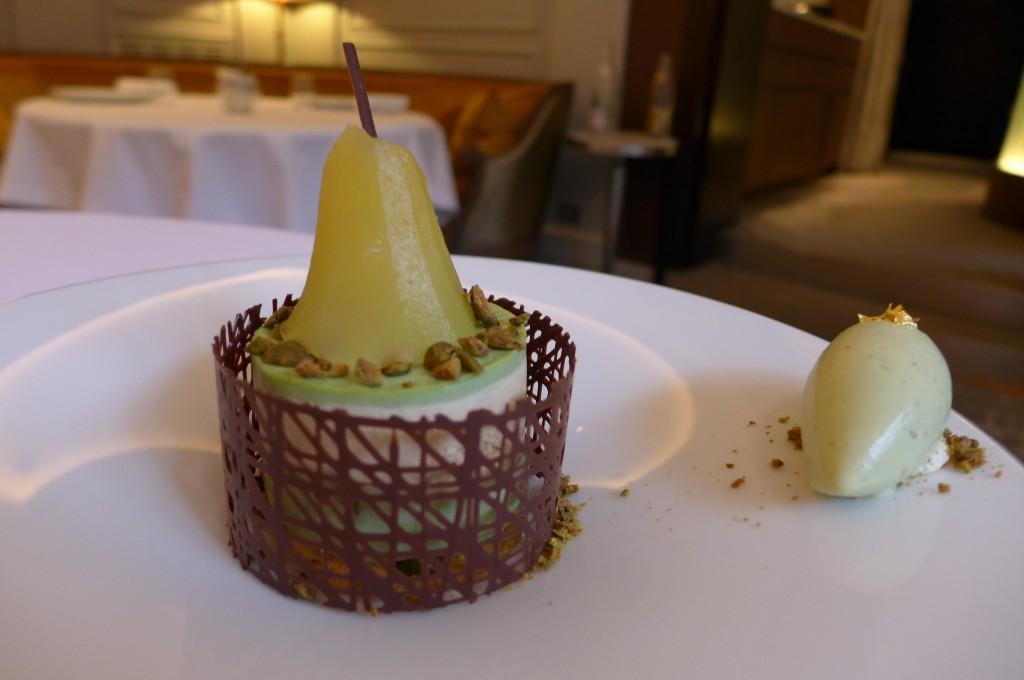 Poire pochée pistache caramel © GP