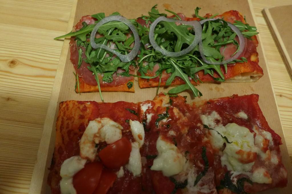 Pizzas roquette et oignons, buffala e basilico ©GP