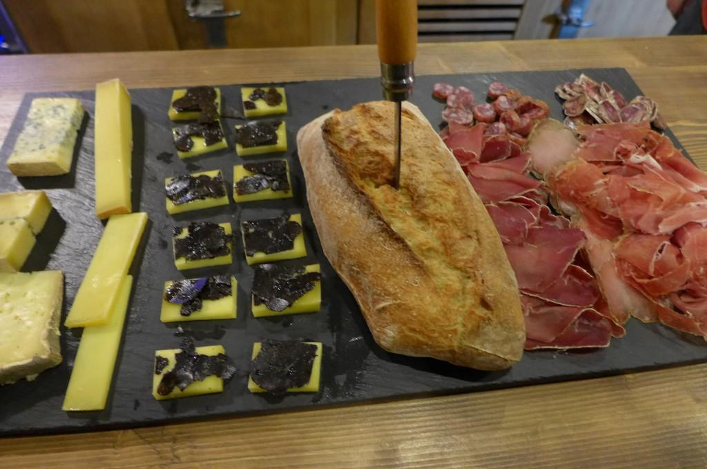 Planche de fromages et charcuteries © GP