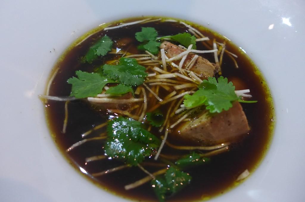 Bouillon de champignons de Paris au foie gras ©GP