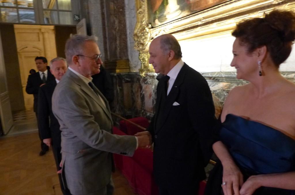 Laurent Fabius accueillant Jean-Luc Petitrenaud à Versailles ©GP