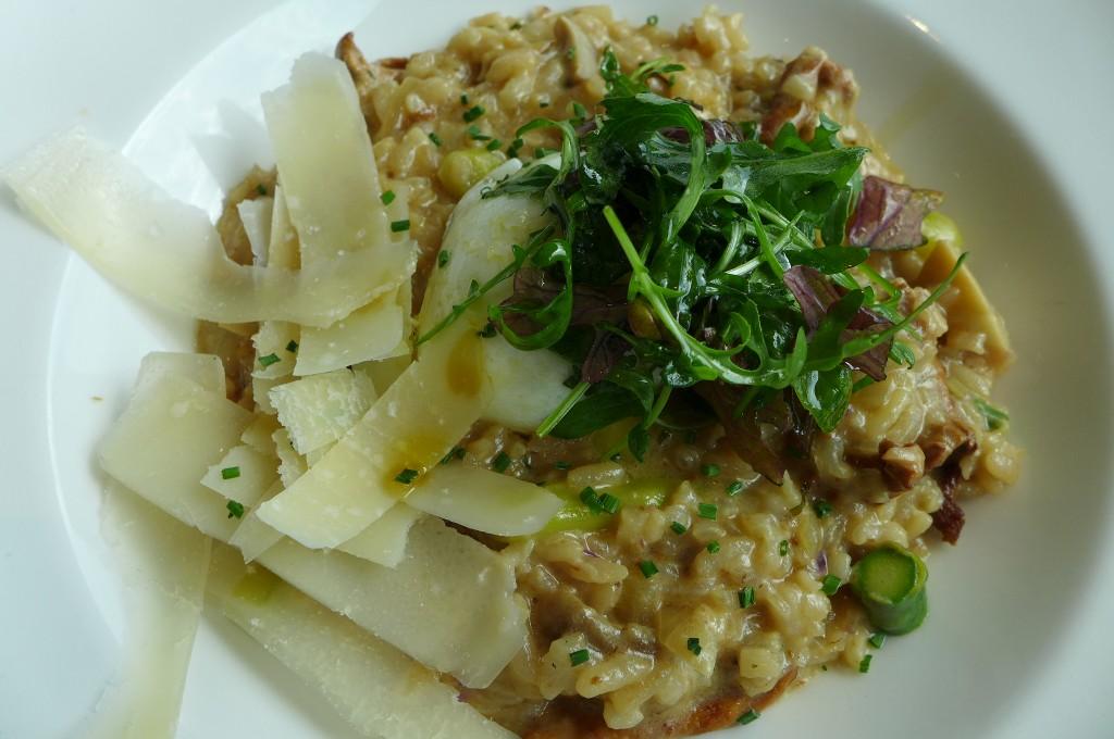 Risotto aux asperges, oeuf coulant, girolles et parmesan © GP