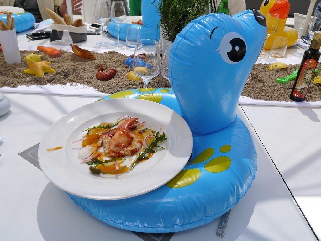 Salade de homard et agrumes sur bouée © AA