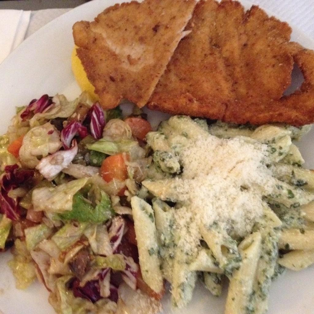 Escalope, salade et pâtes ©LS