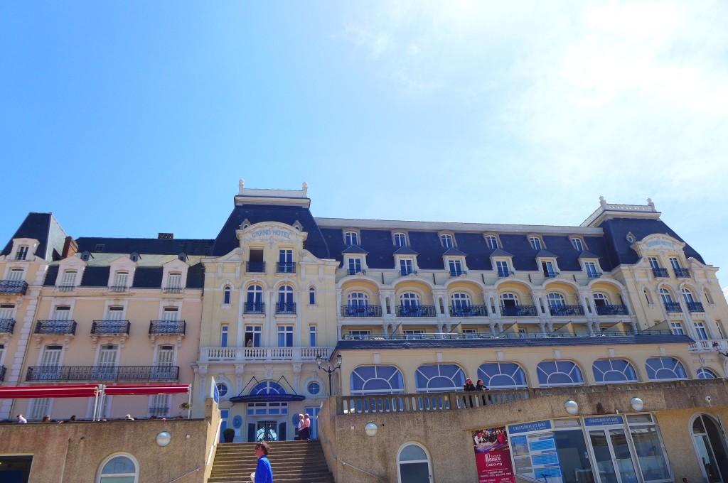 Le grand hôtel vu de la plage © GP