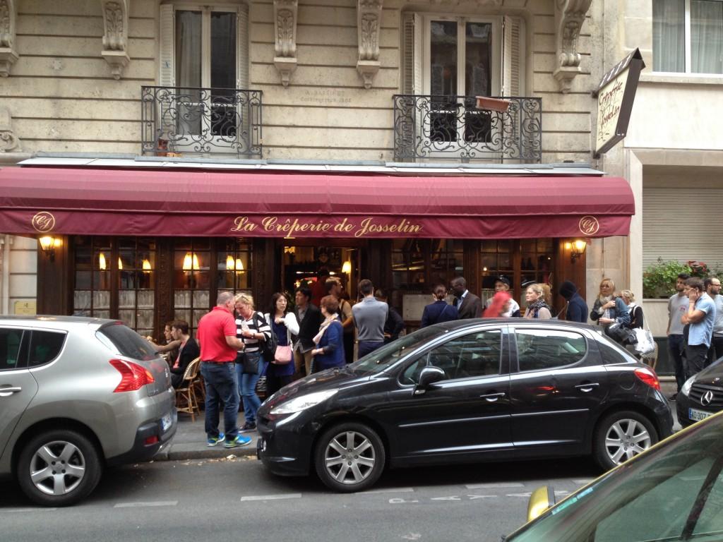 La queue dans la rue © GP