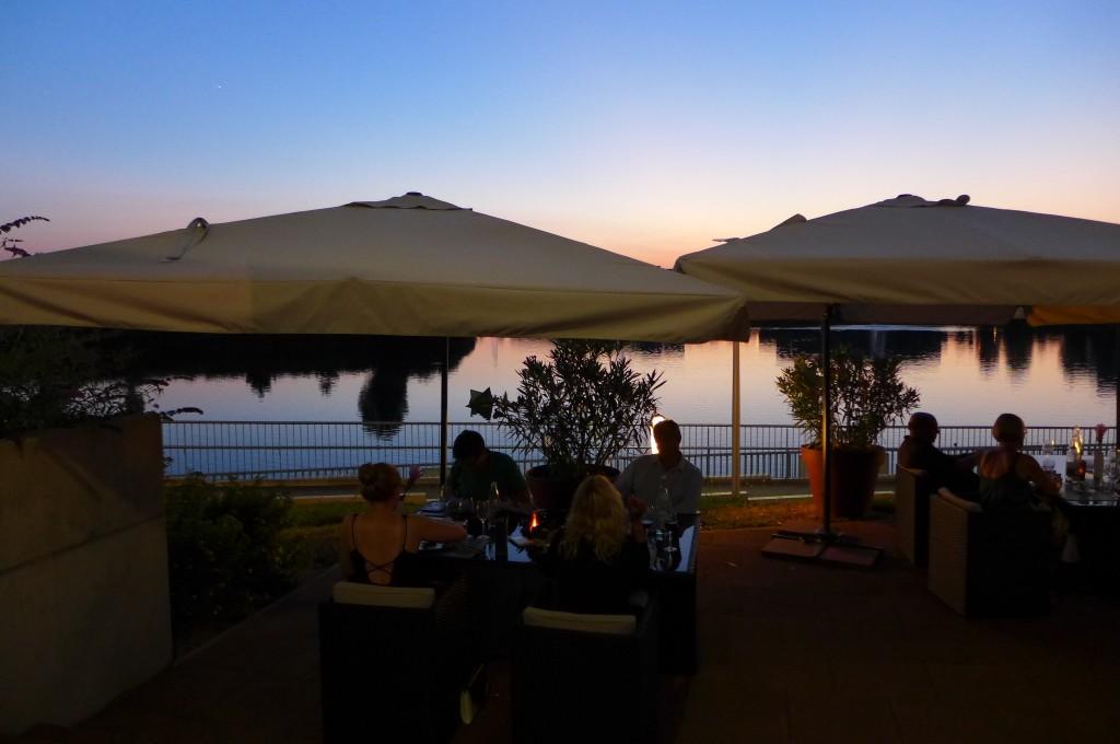 La terrasse le soir © GP