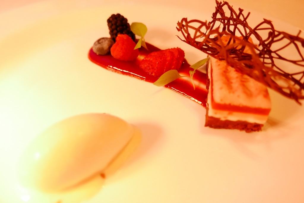 Mousse fraise, fromage blanc, dacquoise noisette, glace yaourt © GP