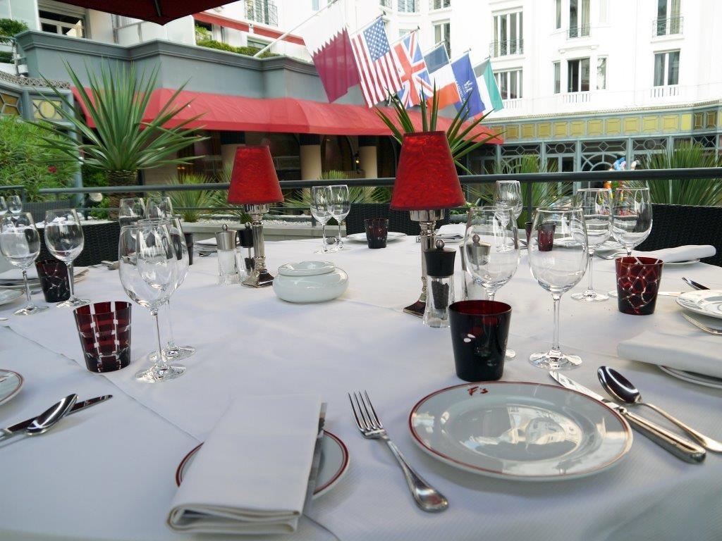 Une table de la terrasse ©AA