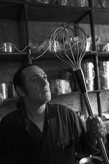Europe/Ile-de-France/France/Paris. La boutique historique d'instruments de cuisine Dehillerin. Un vendeur avec un fouet