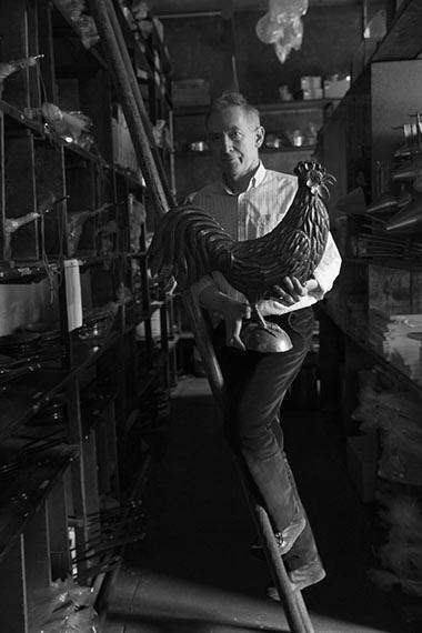Europe/Ile-de-France/France/Paris. La boutique historique d'instruments de cuisine Dehillerin. Eric Dehillerin, l'héritier de cin générations avec son coq, emblème de la boutique.