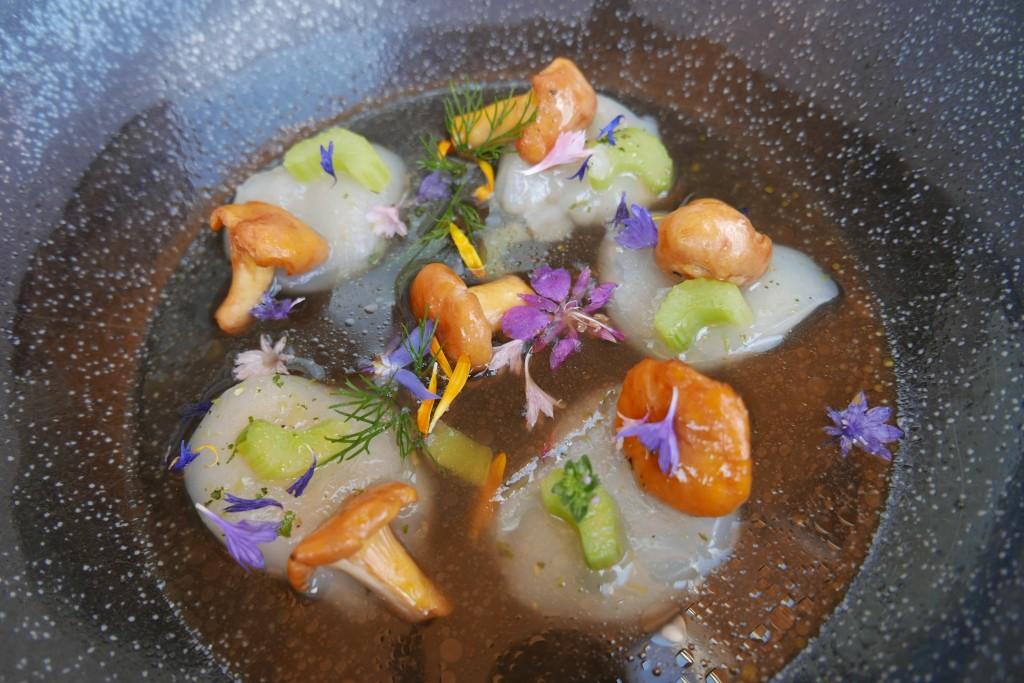 Carpaccio de saint-jacques et bouillon végétal © GP