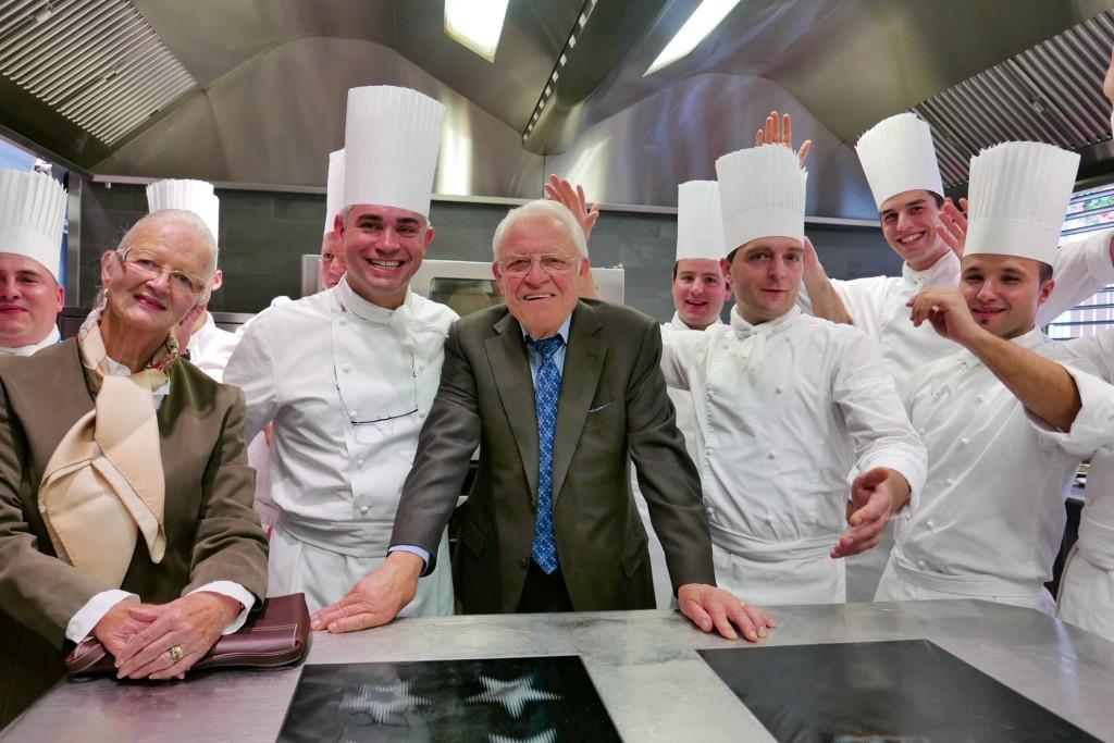 Frédy et Muriel Girardet avec Benoît Violier et son équipe de cuisine © GP