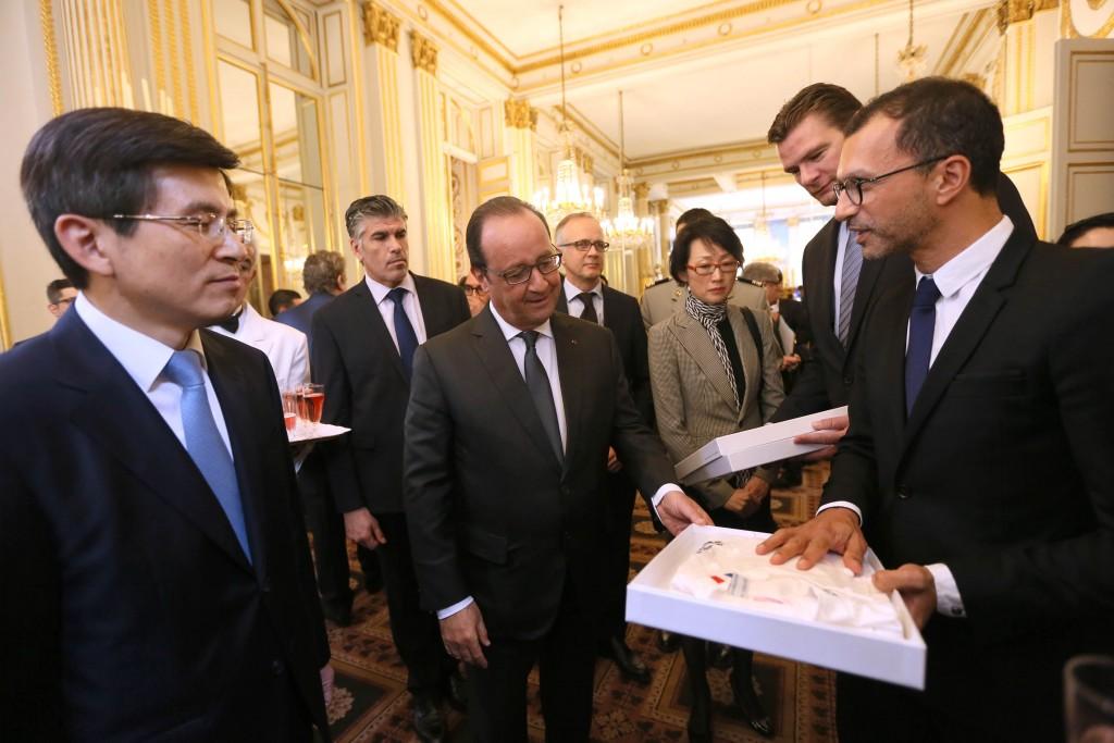 Lionel Choukroun remet une veste de chef à François Hollande © DR