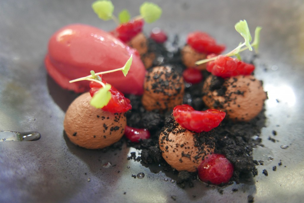 Framboises, crumble d'olive, chocolat © GP