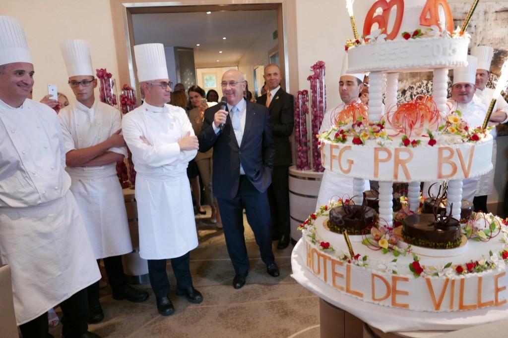 Benoît Violier, Louis Villeneuve (au micro) et le gâteau d'anniversaire © GP