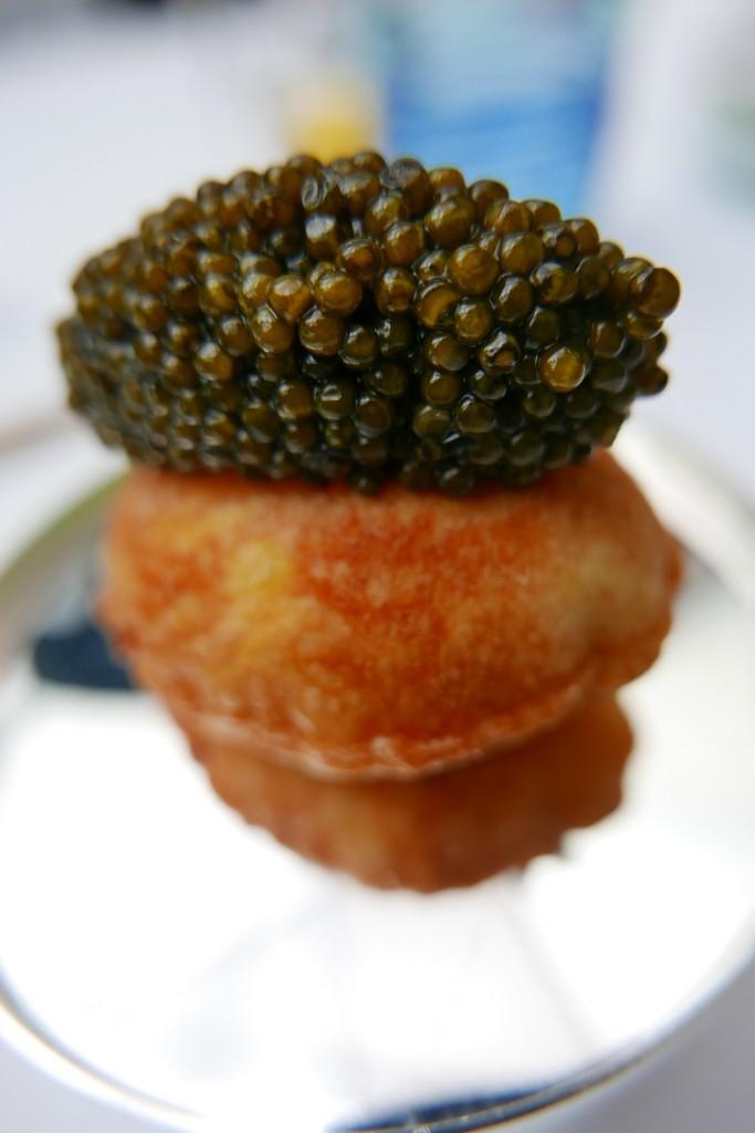 Pomme soufflée farcie de crustacé au caviar © GP