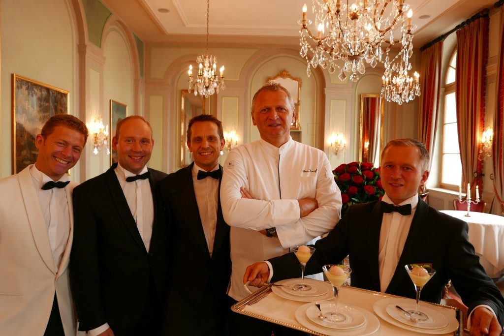 Peter Knogl et l'équipe de salle du Cheval Blanc © GP