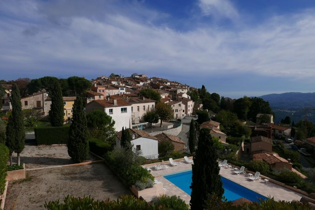 Vue sur le village et la piscine © GP