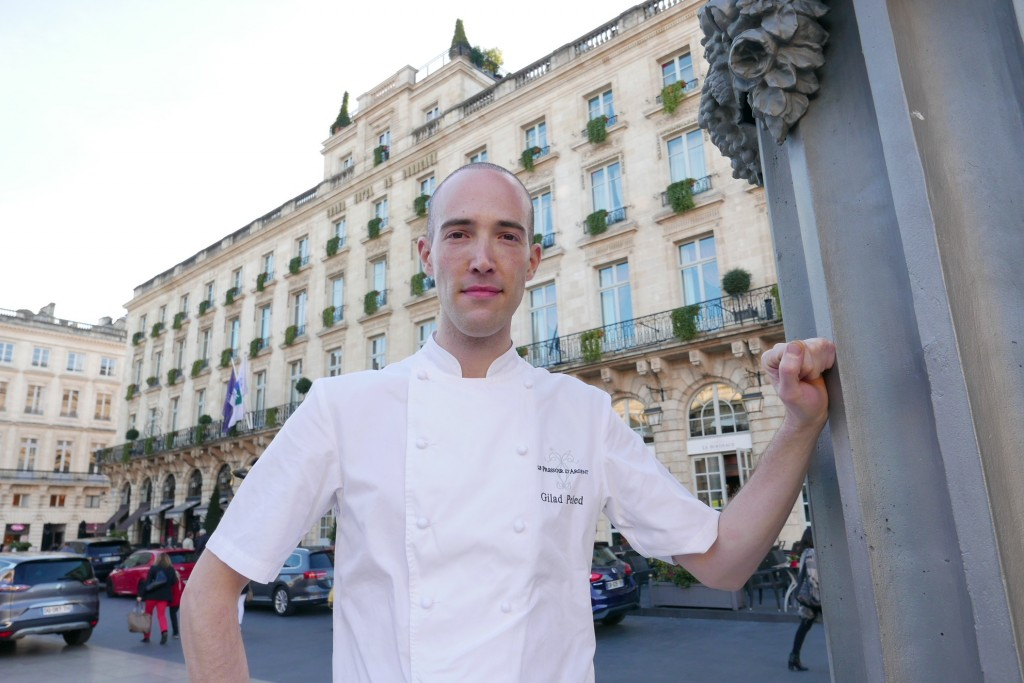 Gilad Peled devant le Grand Hôtel © GP